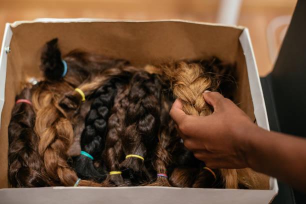 schachtel mit geflochtenen haaren für krebs-spende - glatze schneiden stock-fotos und bilder