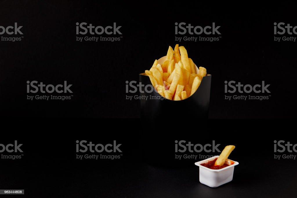 kızarmış patates Plastik Konteyner kara izole ketçap ile kutu - Royalty-free Baharat Stok görsel