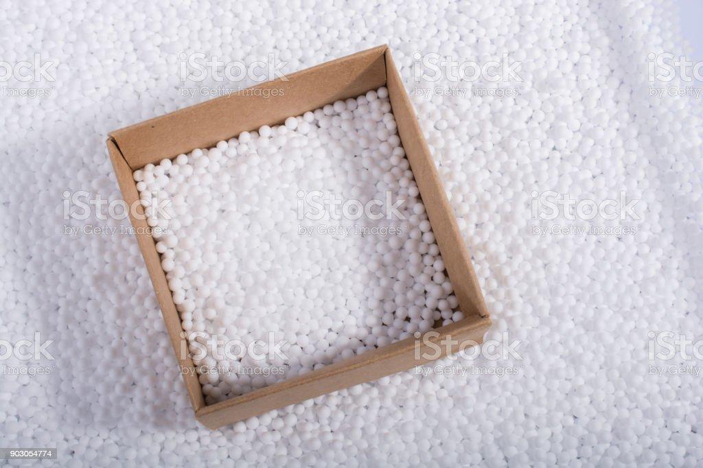 Caja de bolas de espuma de poliestireno blanco - foto de stock