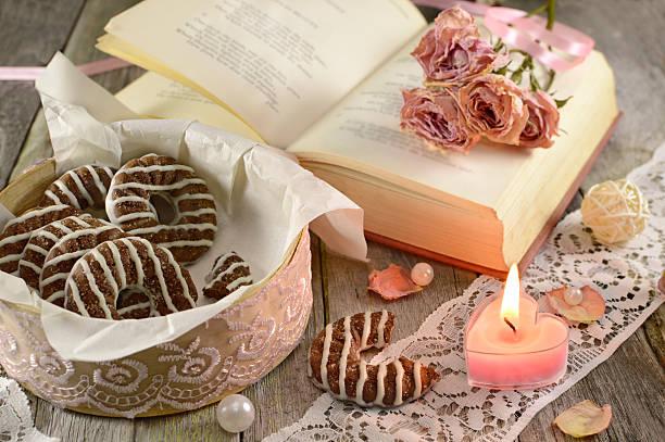 schachtel mit keksen und die poem buchen - spitzenkekse stock-fotos und bilder