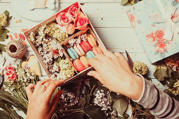 ボックス、花、マカロン ストックフォト