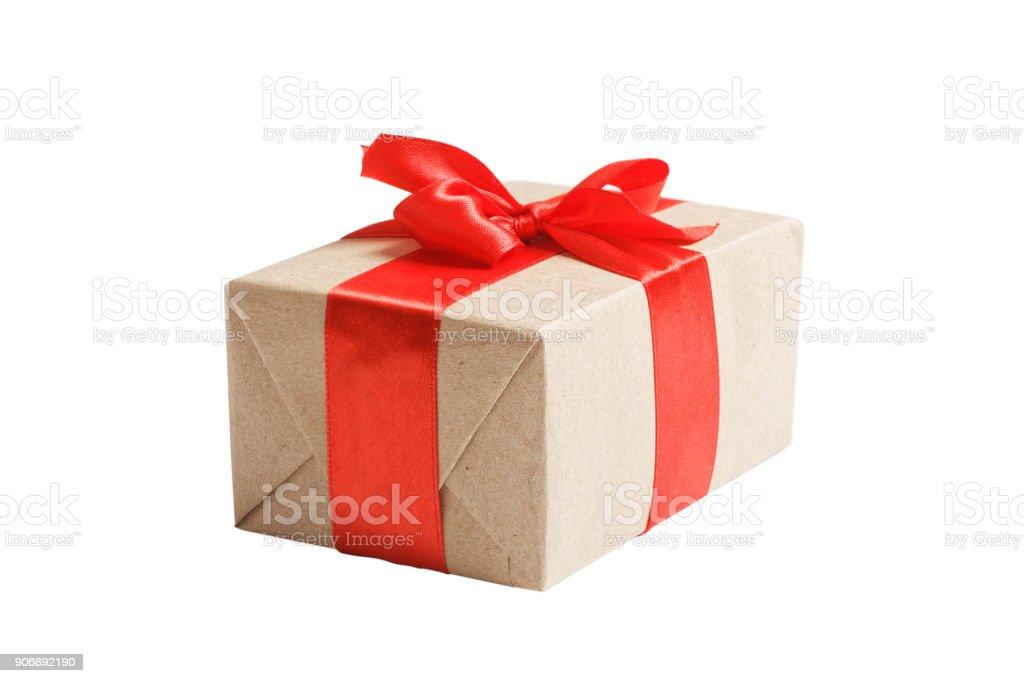Box mit Geschenk in Packpapier gewickelt und gebunden mit rotem Band – Foto