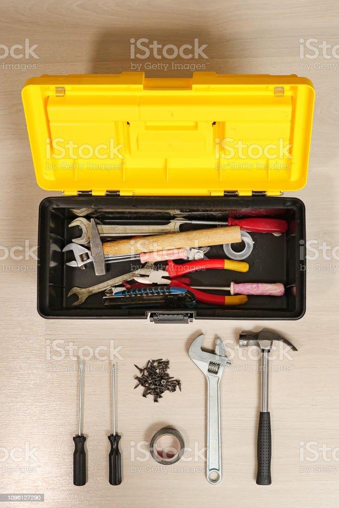 Box mit Tools auf weißem Hintergrund – Foto
