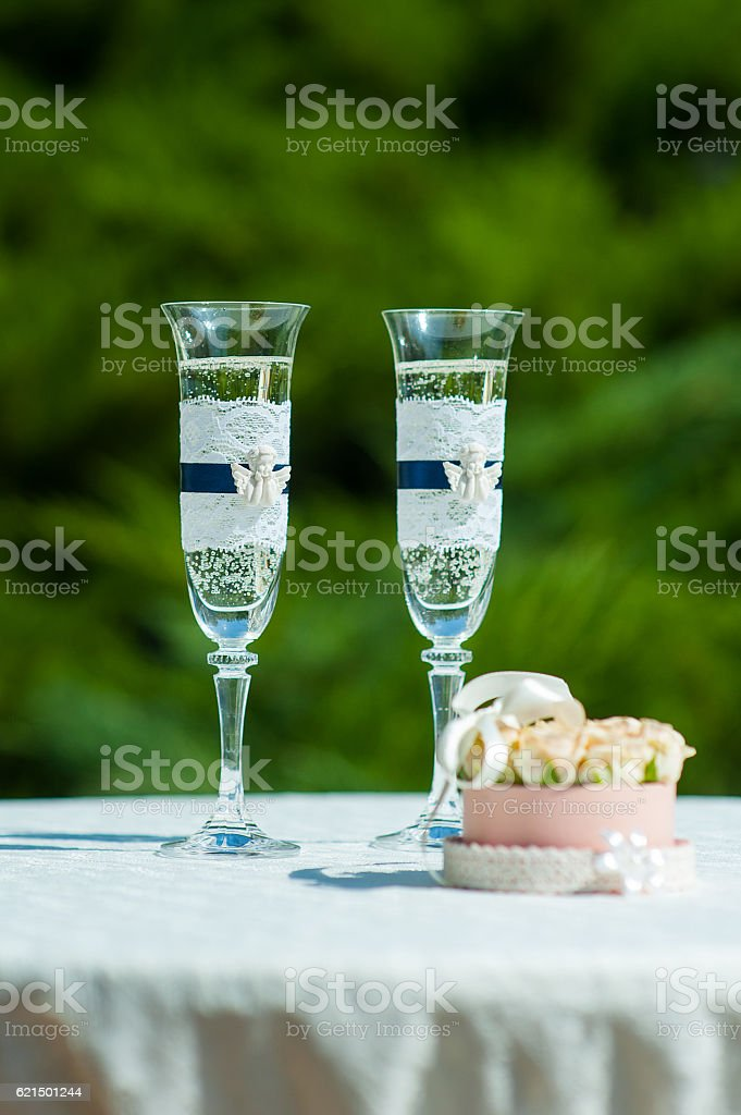 Box with wedding rings next to the glasses of champagne foto stock royalty-free