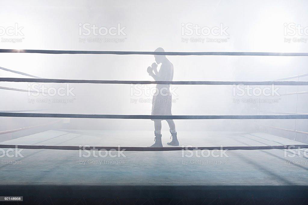 Bokser w ring bokserski – zdjęcie