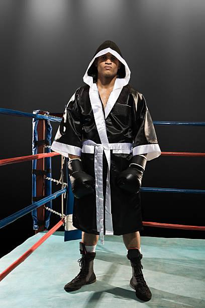 Boxeador en ring de boxeo - foto de stock