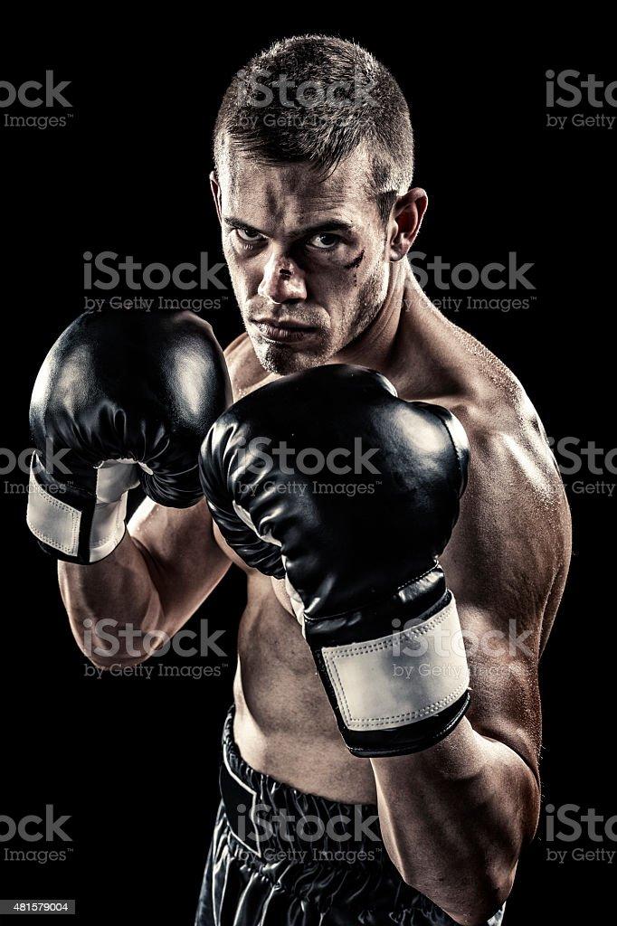 Boxeador aislado en negro - foto de stock