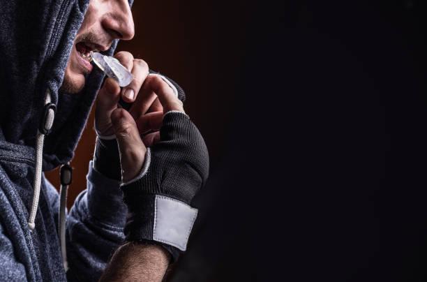 boxer teeth protection. mouthguard - indumento sportivo protettivo foto e immagini stock