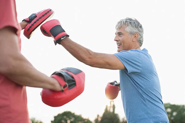 boxen training mit plausch partner - boxen live stock-fotos und bilder