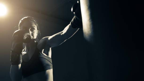 Femme Boxer entraînement au gymnase - Photo