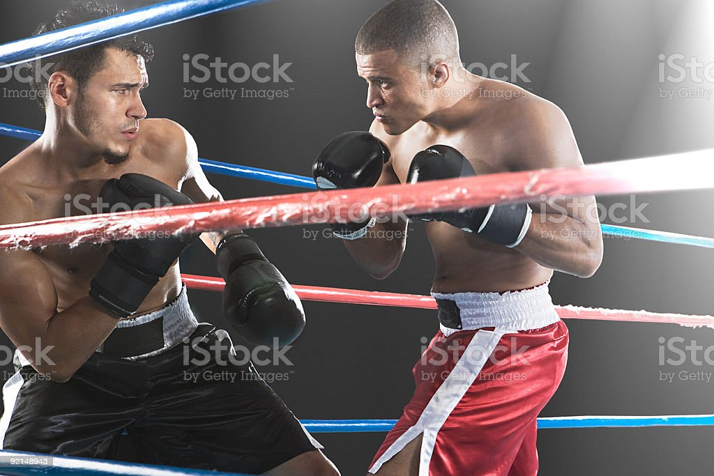 Zbliżenie na dwa męskie bokserki z tyłu liny – zdjęcie
