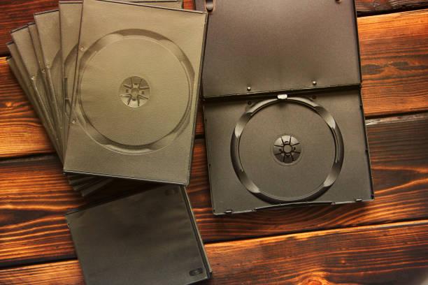 boîtes pour lecteurs de cd sur un fond en bois - blu ray disc photos et images de collection