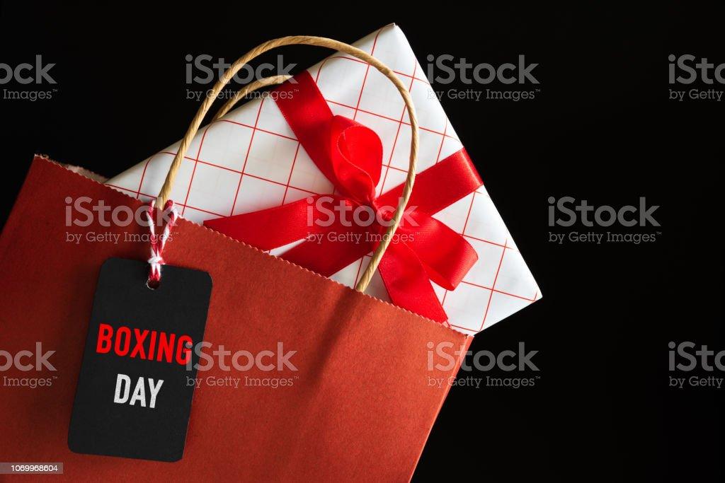 Boxing Day Sale Einkaufstasche und Geschenke-Boxen mit Nachricht Tag. Online-shopping-Konzept. – Foto
