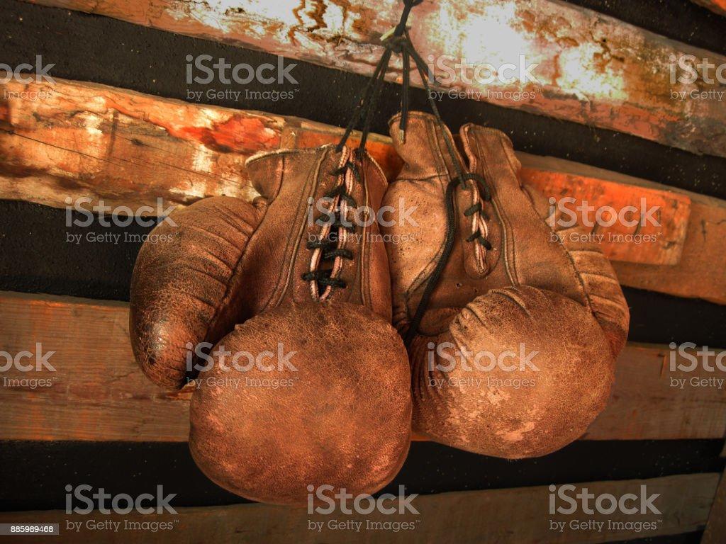 拳擊手套在牆上。老式的皮革手套 - 免版稅世界拳擊機構圖庫照片