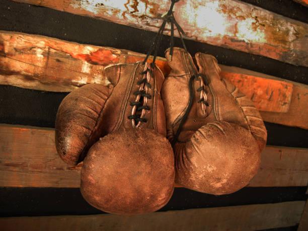 boks eldivenleri duvarda. deri eldivenler eski, vintage çifti - mike tyson stok fotoğraflar ve resimler