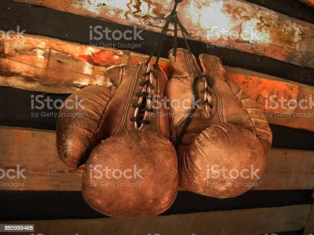 拳擊手套在牆上老式的皮革手套 照片檔及更多 世界拳擊機構 照片