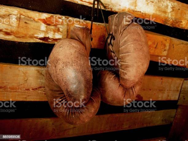 Boxing Gloves On The Wall Old Vintage Pair Of Leather Mittens - zdjęcia stockowe i więcej obrazów Antyczny