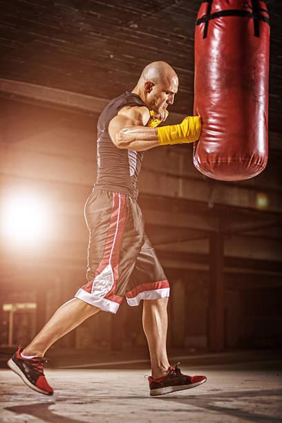 boxen training - sandsäcke stock-fotos und bilder