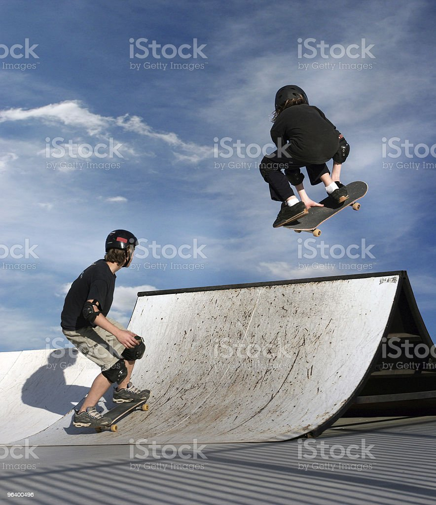 Menino e uma menina andando de skate - foto de acervo