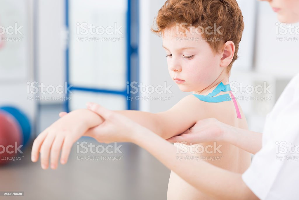 Boy and arm problems after injury - Lizenzfrei Absperrband Stock-Foto