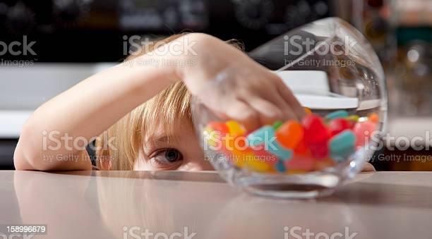 Niño Y Dulces Foto de stock y más banco de imágenes de Niño