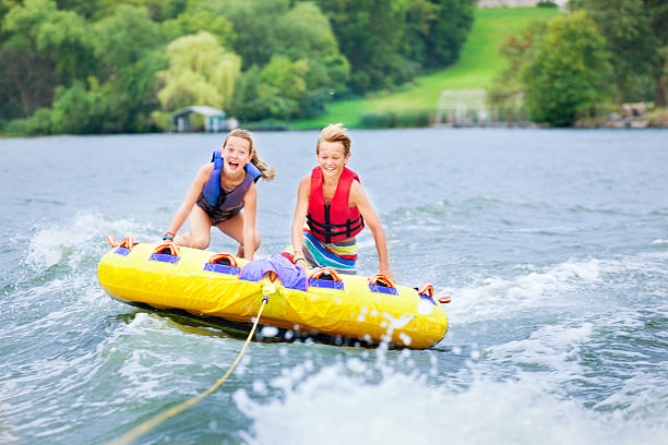 menino e uma menina crianças boia em minnesota lago no verão - esporte aquático - fotografias e filmes do acervo