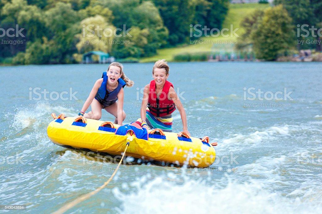 Garçon et fille les enfants Tubing sur Minnesota lac en été - Photo