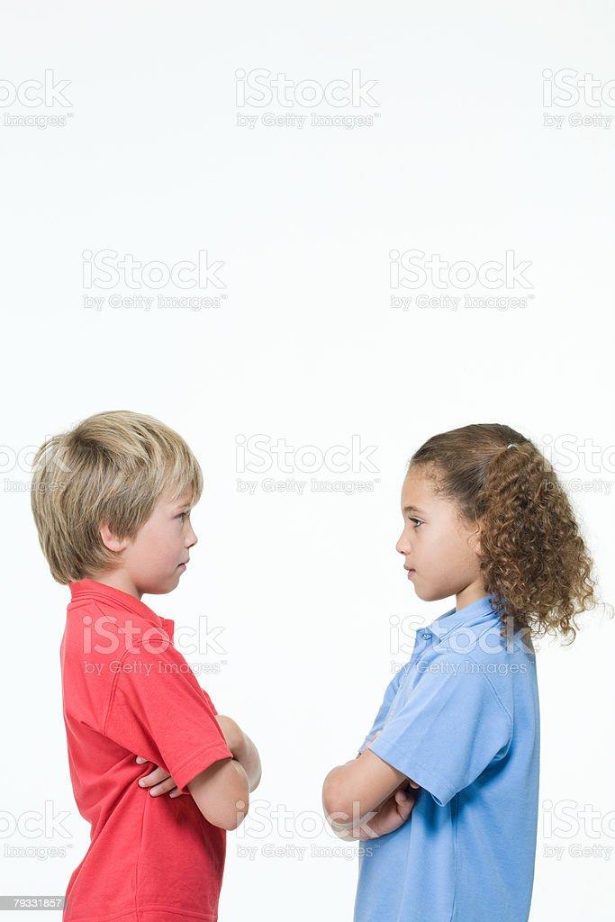 Jungen und Mädchen von Angesicht zu Angesicht Lizenzfreies stock-foto