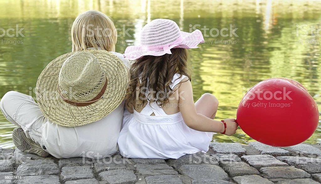 Ragazzo e ragazza nel parco foto stock royalty-free