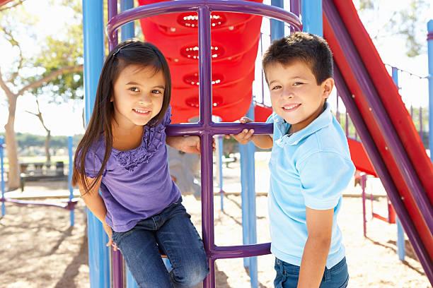 ragazzo e ragazza arrampicata nel parco di frame - aree esterne della scuola foto e immagini stock