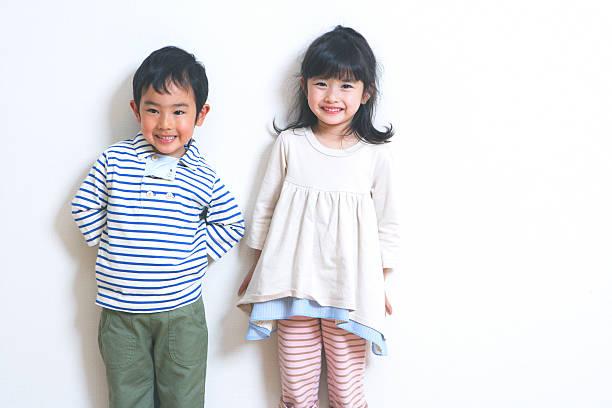 少年と少女の笑顔も - 小学校低学年 ストックフォトと画像