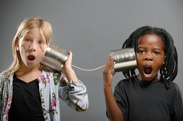 Jungen und Mädchen mit Blechdose Telefon – Foto