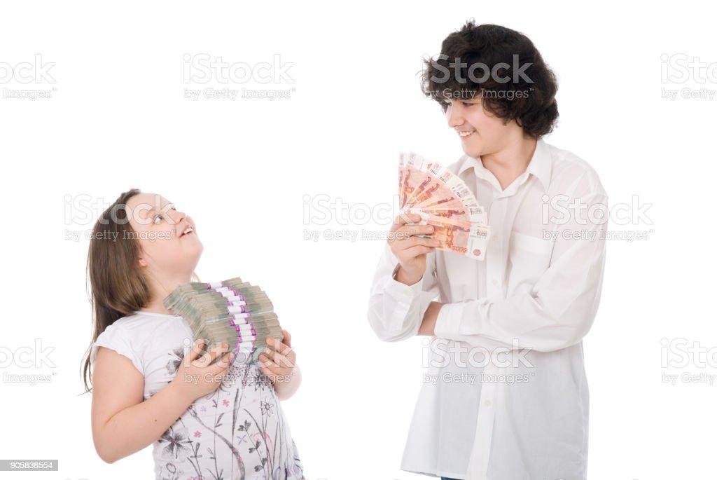 chico y chica con gran suma de dinero - foto de stock
