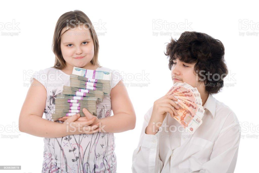 niño y niña con dinero - foto de stock