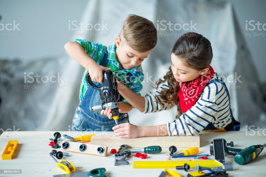 Boy and girl with tools - foto de acervo