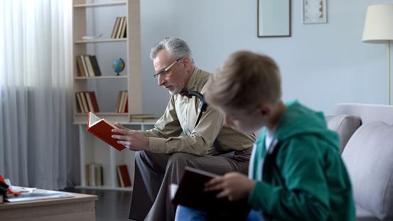 Niño Y El Abuelo Leyendo Libros Concepto De Educación En Cualquier Edad Foto de stock y más banco de imágenes de Abuelo