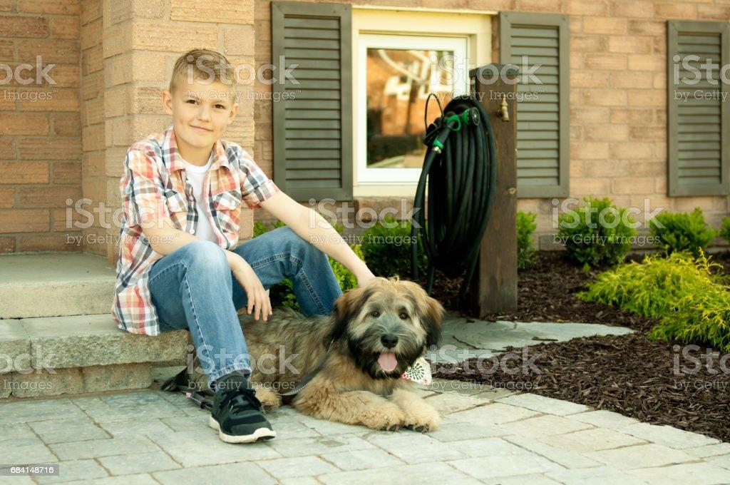 Een jongen en zijn hond royalty free stockfoto