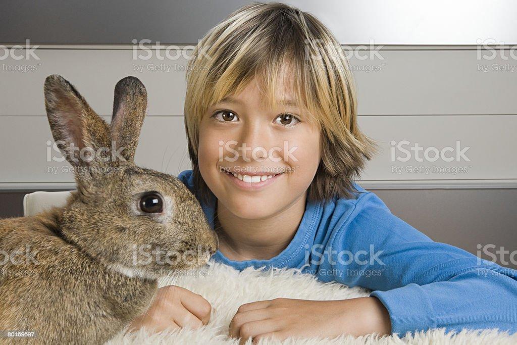 Menino coelho e Animal de Estimação foto de stock royalty-free