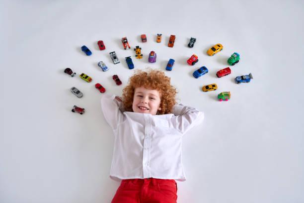 junge mit spielzeugauto - spielesammlung stock-fotos und bilder