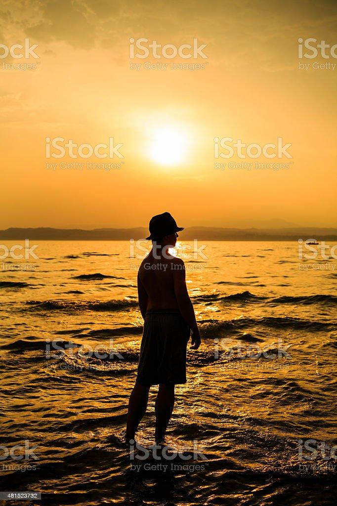 Chłopiec o zachodzie słońca zbiór zdjęć royalty-free