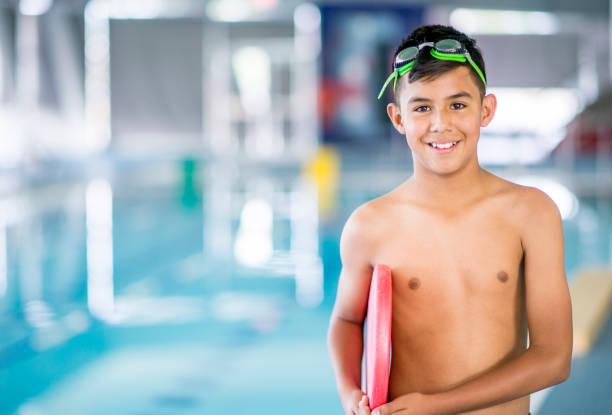 muchacho en encuentro de natación - vuelta completa fotografías e imágenes de stock