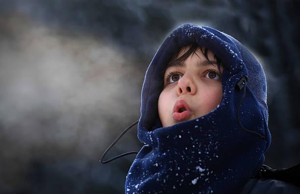 Boy breath in winter – Foto
