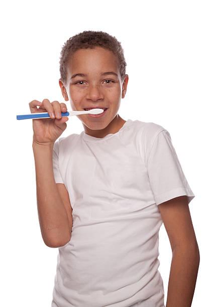 Junge Bürsten Zähne mit Zahnbürste – Foto