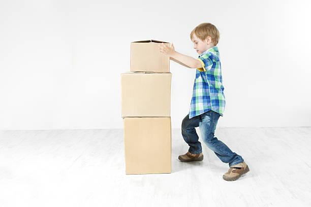 junge gebäude pyramide von kartonverpackung boxen. - pyramide sammlung stock-fotos und bilder