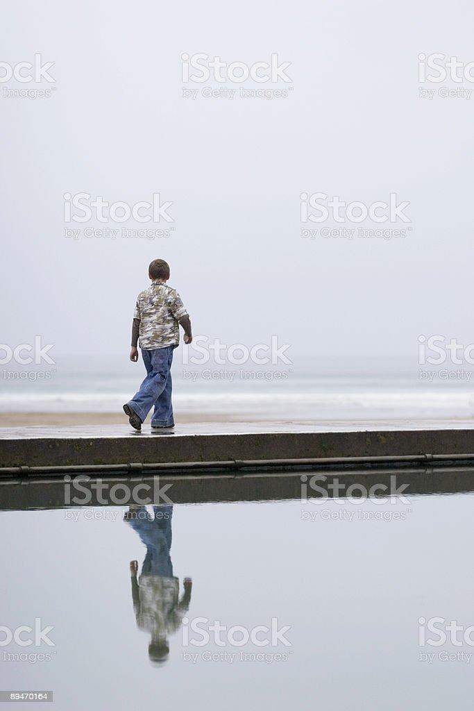 Boy en el mar foto de stock libre de derechos