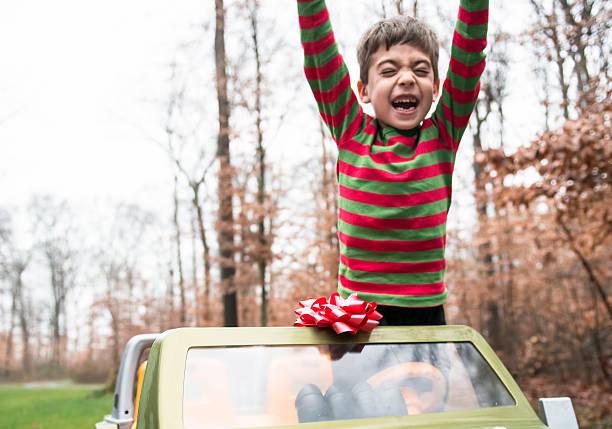 jungen feiern weihnachtsgeschenk - autoschleifen stock-fotos und bilder
