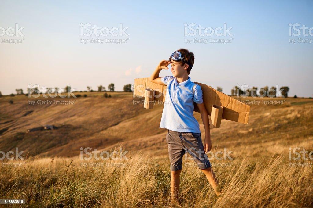 Piloto de niño chico con alas de la naturaleza - foto de stock