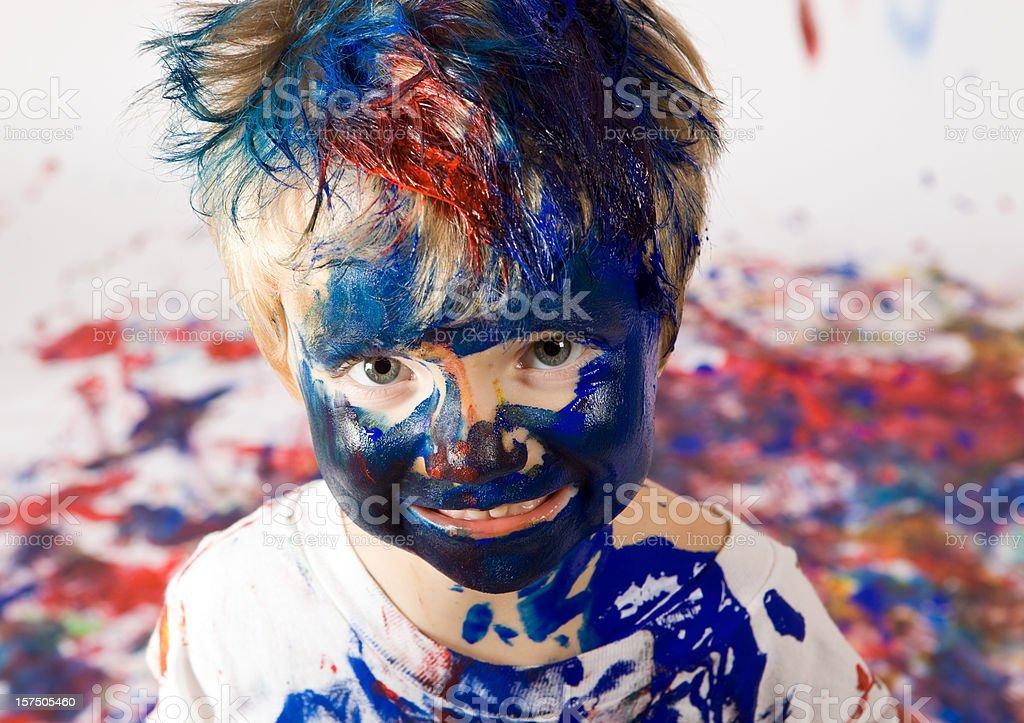 Menino coberta com tinta - fotografia de stock
