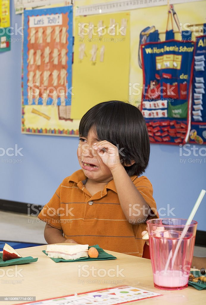 Boy (2-3) crying in classroom foto royalty-free