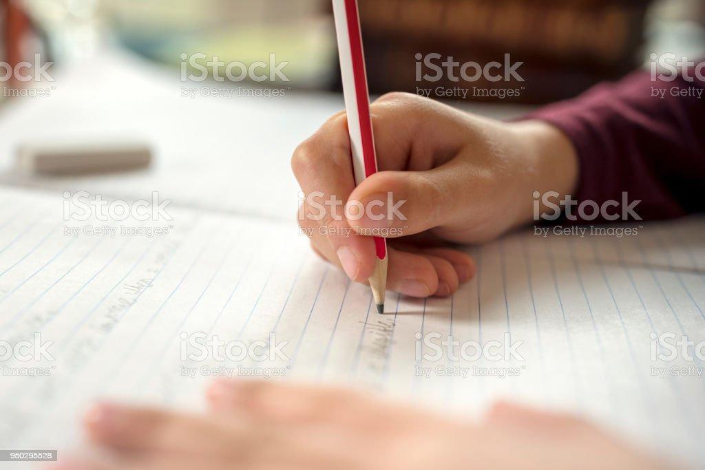 Junge seine Schularbeiten oder Hausaufgaben zu tun – Foto